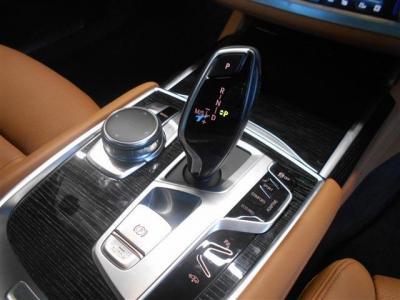 搭載される8速ATはスムーズで滑らかな走りを実現。スタイリッシュになったシフトノブの隣には走行モードを任意で変更できるスイッチや車高調性スイッチが備えられています。