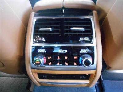 さすが現行7シリーズです。後席にACを装備しダブルエアコンとなっております。前席同様に温度や風量表示じはデジタルになっています。下部にはCDプレイヤーも搭載!イヤホンジャックも付いています。