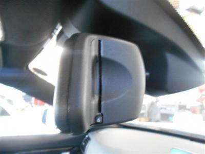 ルームミラー一体型のETC。ご納車の際には再セットアップをしてからになりますので、ETCカードを入れればすぐに高速道路の利用が可能な状態となっております。