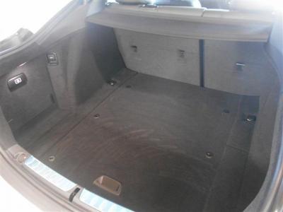トランク容量はなんと480L!後席が前に倒せるようになっているのでさらなる容量アップも可能です。電動ハッチバックタイプなので間口がとても広く荷物の出し入れが楽々です。
