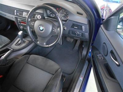 十分なゆとりをもった運転席にはアルカンタラを使用したスポーツシートを装備。サイドサポート幅が電動で調整出来たり、上下前後角度高さの調整が出来るのであなたにあったポジションがきっと見つかります!