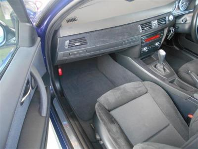 さらにゆとりを持った助手席にも運転席同様のスポーツシートを装備。体をしっかりとホールドしてくれるので長距離ドライブでも疲れを感じにくくなりますよ。グローブボックス上部にはドリンクホルダーを格納。