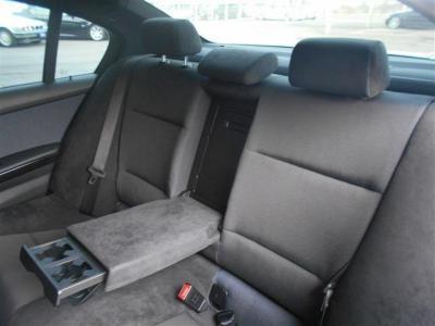 前席同様アルカンタラを使用した後席シートはとてもいい質感です。ボディ拡大によって後席の居住スペースも先代より広くなっております。★ご購入後のメンテナンスも元BMW正規ディーラーメカニック多数在籍の「つた