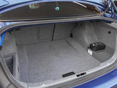十分な容量をもったトランク。後席は二分割で前方に倒すことが出来るので、長物など大きい荷物を積むときには重宝します。普段使いで困ることはないサイズでしょう。