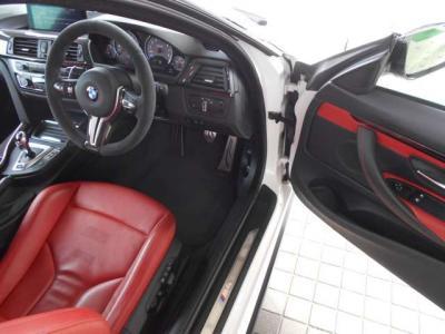 十分なスペースの運転席には専用レザースポーツシートを搭載。メモリー機能などの便利装備などは変わらず付いています。ペダルは強度の高いステンレス製!