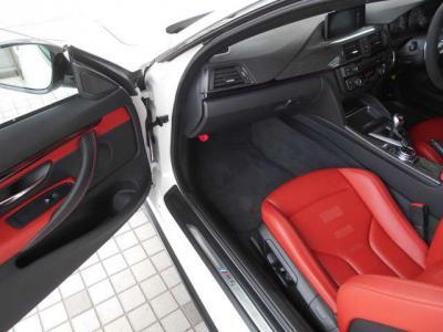 助手席にも十分なスペースが確保され、シートも運転席同様のスポーツシート。前席にはシートヒーターも装備されています。