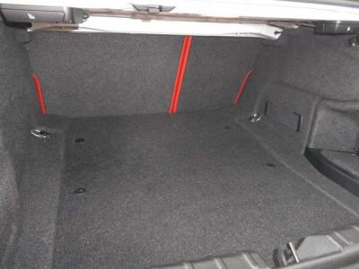 十分な広さを持った荷室。後席は2分割で前方に倒すことが可能なので思っているよりも大きな物や長い物を積めますよ。★全国納車承ります「http://tsutae-factory.com」
