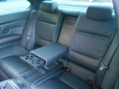 後席は2脚の4人乗りとすることでしっかりと居住スペースを確保しています。専用ドリンクホルダーや小物入れ、エアコン吹き出し口など同乗者への配慮も考えられています。