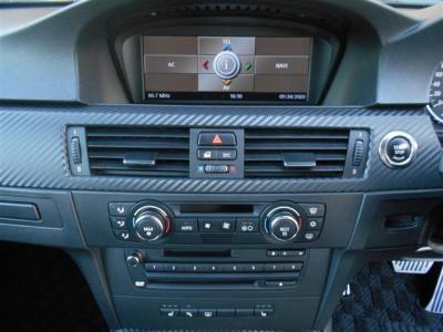 コントロールパネルではナビはもちろんオーディオやAC操作、車両情報まで確認することが出来ます。オートエアコンは左右独立式でそれぞれ温度調節が可能です。