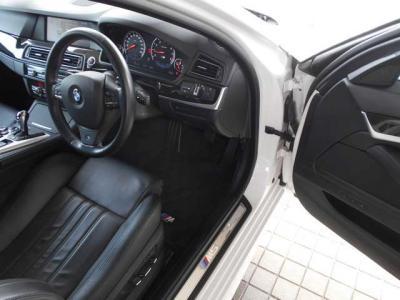ドライバー側に傾斜したコクピットをはじめ、重要な機能はドライバーの手の届く範囲に配置されています。スイッチやインテリアに使用する素材から形状にいたるまでこだわり抜いています。