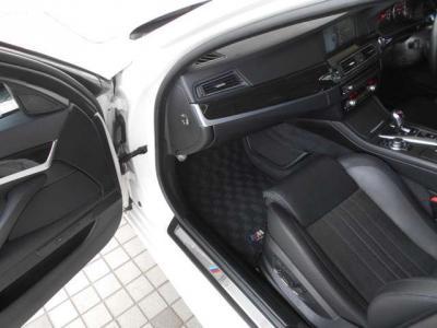 上質なMレザーシートはホールド感がとてもよく乗っていても疲れが気になりません。余裕のあるスペースはもちろんシートヒーターやシートクーラーなどの快適装備もしっかりと付いています!