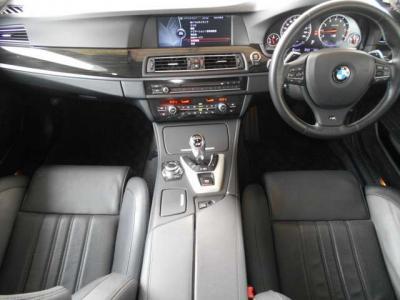 黒を基調とした車内はウッドパネルの使用などによりスポーティさの中にも高級感があります。またM専用のコントロール類はどんな走行状況でも直感的に操作ができるようになっています。