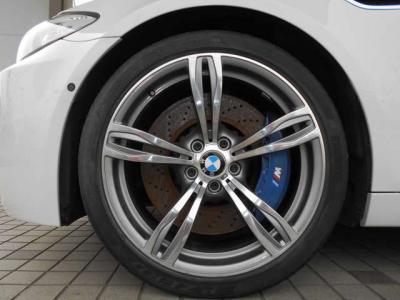 バッチリきまった20インチアルミホイール。ドリルドのローターの青いキャリパーが目を惹きます。★ご購入後のメンテナンスも元BMW正規ディーラーメカニック多数在籍の「つたえファクトリーに」お任せ下さい!