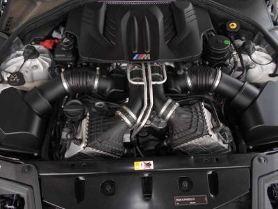 搭載されている4.4L V型8気筒DOHCツインターボエンジンは、最高出力は412kW(560ps)、最大トルク680Nm(69.3kg-m)。十分すぎるパワーです!