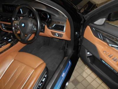 7シリーズロングというだけあって運転席はとても余裕があります。本革パワーシートは細かく設定が出来るので必ずベストポジションが見つかると思います。シートヒーターはもちろんシートクーラーも装備!