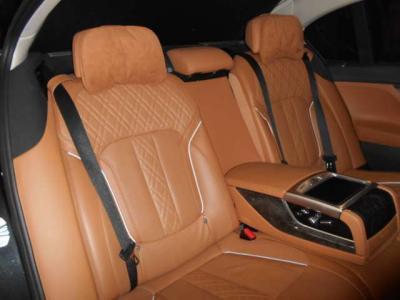 前席を下げてもかなり広いスペースを確保できます。リアエンターテインメントが充実しており後席についたマッサージ器やサンシェード、ライトを操作できるタブレットも中央に装備しています。