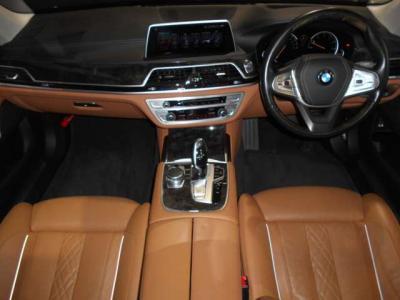 車内の雰囲気が明るくなるブラウンのレザーシートにポイントで入るシルバー、ウッドパネルが相まってとても高級感のある内装となっております。高級感というより高級です。