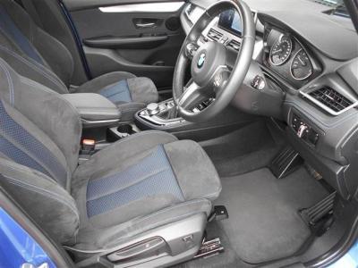 ドライビングポジションは、スポーツシートならではの幅広い調整が可能で、家族で共有しても問題ありません!内装は使用感の少ない状態を保っており大切に使用されていた雰囲気があります。