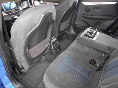 FFならではの後席も十分な広さと高さを確保しておりシートの座面はスライドさせることが可能で、アームレストにドリンクホルダーを内蔵しており、ACCソケットも備えているのでスマートフォンの充電もできます。