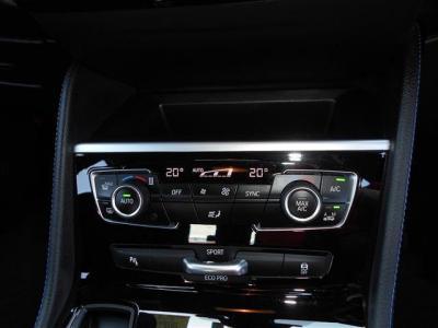 オートエアコンは左右独立して温度を変更できますよ。 そして走行モードが選べる「ドライビング・パフォーマンス・コントロール」や障害物と車両の距離を教えてくれるPDCも装備されています。