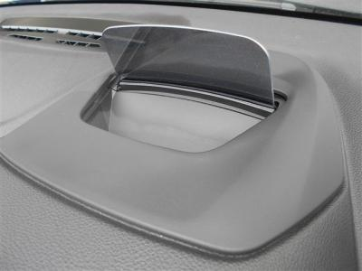 ヘッドアップディスプレイが装備され、ドライバーが常に前方の道路状況に集中できるように、フロントガラスに現在の車速、ナビゲーションやチェック・コントロールメッセージ等が表示されます。