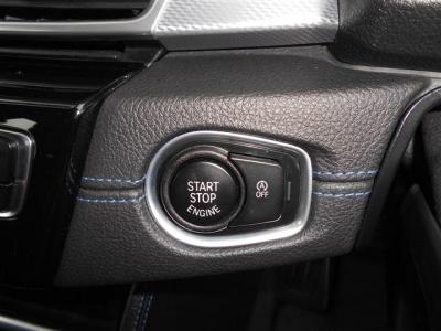 鍵をポケットやカバンの中に入れたままエンジンの始動が行えるリモコンキーを採用しています。そしてオートスタートストップが装備されており、信号待ち等でエンジンを自動でオン/オフし燃料の節約に貢献します。