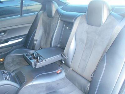 グランクーペ独特の4枚ドアにより後席へのアプローチが格段に向上。 エアコンの送風口やドリンクホルダーを完備し、フロントシートと同じような快適性を備えています。