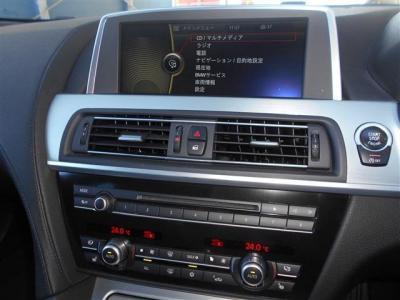 ワイドモニターには、ナビはもちろんテレビやDVD、車両情報まで映しだされます。 エアコンは左右独立式で温度設定や送風パターンを別々に設定できます。