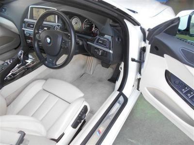 オープンカー特有のボディーは、もちろん幌を開けても乗り降りができるようになっています。レザーシートならではの高級感!!是非 店頭にて身体をしずめてご確認ください。