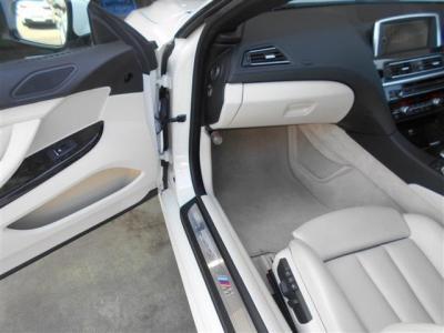 助手席にはステアリングが無い為広々とした空間を実現。パワーシートなのでシートを無段階で調整でき、しっかりと身体をホールドしてくれます。 ロングドライブでも疲れづらいですよ。