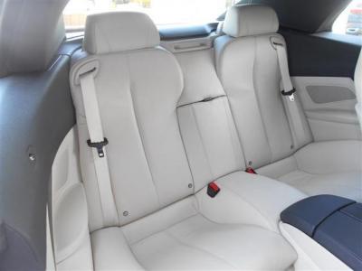 オープンボディーといえど、後部座席は足元に余裕のあるスペースを確保。 後部座席ならではの包まれるような空間をお楽しみください。