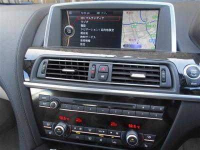 ワイドモニターには、ナビはもちろんテレビやDVD、車両情報まで映しだされます。 エアコンは左右独立式で温度設定や送風パターンを別々に設定できます。 シートヒーターも、もちろんついています。