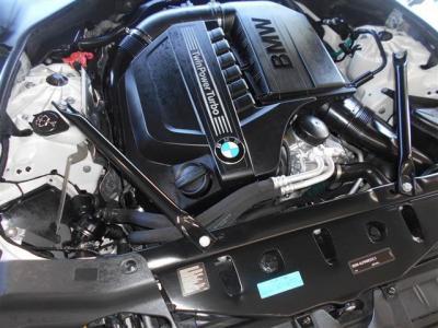 BMWと言えば6気筒と答える方が多い直列6気筒3000cc直噴ターボエンジンを搭載。馬力320ps トルク45.9kgを発生。 スムーズな吹けあがりとレッドゾーンまで回るエンジンを堪能下さい。