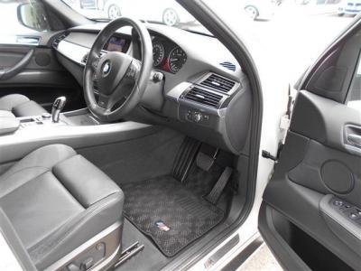 BMWのSUVとしてフラッグシップモデルとも言えるX5は車格に見合った乗降しやすい開口部の広さと、重厚感のあるドアが貴方を出迎えます。