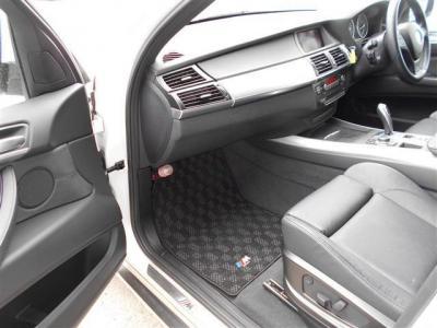 助手席も使用感の少ない、綺麗な状態を保っておりレザーシートにシートヒーターの組み合わせでラグジュアリーな空間と座り心地をご堪能下さい。