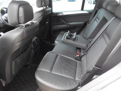 後部座席もとても広くドリンクホルダーとエアコンの送風口を装備しリビングのようにくつろげますよ。★保証についてはこちらをご覧ください「http://wp.me/P8hPUi-Tq」