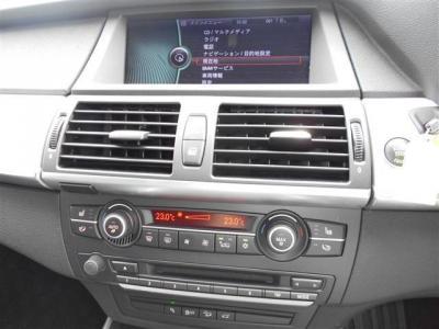 グレード名がXDriveにチェンジしたことによりソフト面も進化。CD/DVD視聴はもちろんミュージックサーバーやテレビ機能も付いています。 エアコンは左右独立式で別々に温度設定が出来ます。