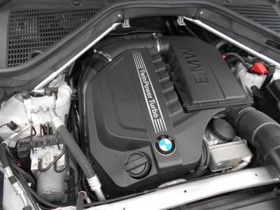重厚感のあるボディーを軽快に走らせてくれるエンジンは、直列6気筒3000ccターボエンジンで馬力225kW(306ps)トルク400N・m(40.8kg・m)を発生。8速ATと組み合わされ余裕の走りを楽しめます。