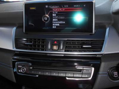 純正ナビゲーションではCDやDVD、ミュージックサーバー機能を装備し、更にチューナーが取り付けられテレビも視聴可能です。インテリジェントセーフティのスイッチもありこれほど充実した車両は少ないです。