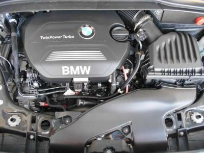 搭載しているエンジンは、直列4気筒2000ccディーゼルターボエンジンで最高出力150ps(110kW)最大トルク33.7kg・m(330N・m)を発生。この数字はガソリンエンジンの218iよりも優れています。