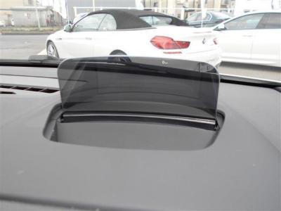 ヘッドアップディスプレイが装備され、ドライバーが常に前方の道路状況に集中できるように、現在の車速、ナビゲーションによるルート案内の矢印表示、チェック・コントロール、前車接近警告、曲名等投影されます。