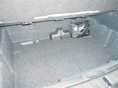 ラゲッジスペースの下には更にスぺ—スを確保しています。。車名の通りアクティブに同乗者の方たちと荷物を積んで、BMWらしいドライブをお楽しみ下さい!