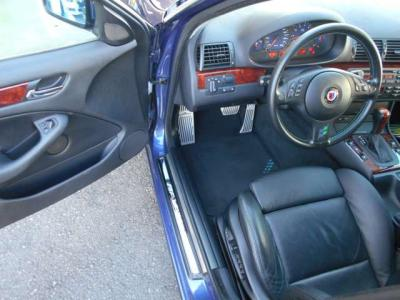 左ハンドルの運転席にはホールド性の高いメモリー機能付き本革電動スポーツシートが装着され、足元にはアルピナステッチ入りのフロアマットが敷かれています。