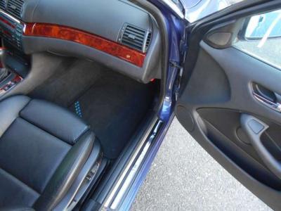 電動の助手席シートは使用感も少なく足元にも余裕があります。前席シートにはシートヒーター機能がついており、すぐに温まるシートヒーターは寒い時期に大活躍。特に女性にお勧めしたい装備です!!