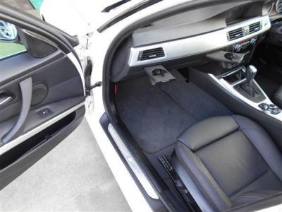 本革シートにヒーターが装備された助手席も十分なスペースが確保されており、足を伸ばしてくつろぐことが出来ますよ!サイドサポートの厚さは電動で調整が出来るのでホールド感を強く感じることが出来ます!