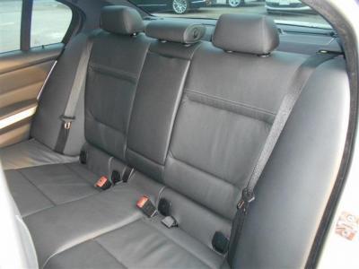 先代に比べボディサイズが拡張されたこともあり後席にもしっかりとした余裕があります。専用のエアコン吹き出し口やアームレストにはドリンクホルダーが備わっています。
