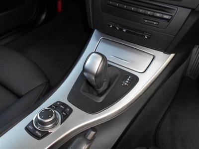 ステップトロニック付きの6AT。手元のパドルシフトでの変速も可能ですが、フロアシフトでも変速を任意に行うことが可能です!ショートカットボタンが付いて格段に使い易くなった新型i-Driveも装備されています!