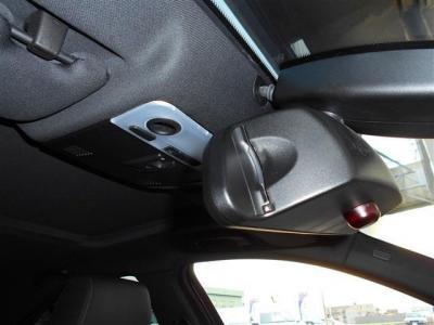 高速道路の必需品のETCはミラー内蔵型で純正ならではの一体感。インテリアの雰囲気を崩さずにスタイリッシュに収まっています。ガラスに設置されているレインセンサーは雨を感知してワイパーを自動でOn/Offします。