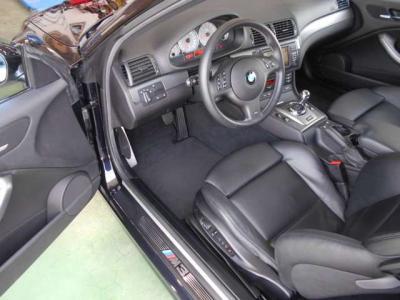 M3の走りを期待させるドライバーズシートは、まさにコックピットを彷彿させるデザインです。ホールド性の高いM3専用シートは、レザーシートになっており、高級感がプラスされています。