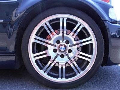 アルミホイールは純正オプション19インチアルミホイールを装着しており、傷の少ない綺麗な状態を保っています。 タイヤの溝も残っていますのでそのままドライブにお出かけ下さい。